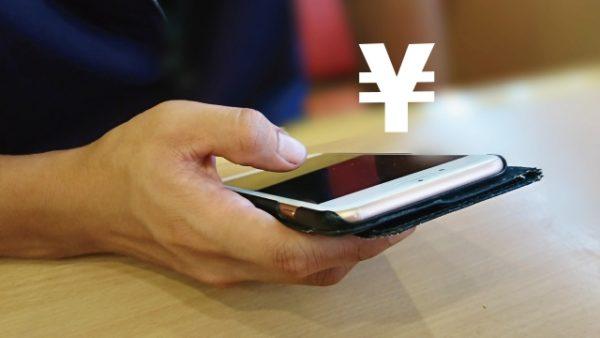 スマホアプリでお金を借りる男性画像