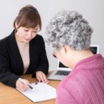 年金受給者の女性の融資申込み画像