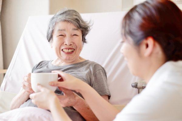 介護を受けている高齢者画像